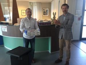 Kebab Huzur trakteert gemeentepersoneel op pizza