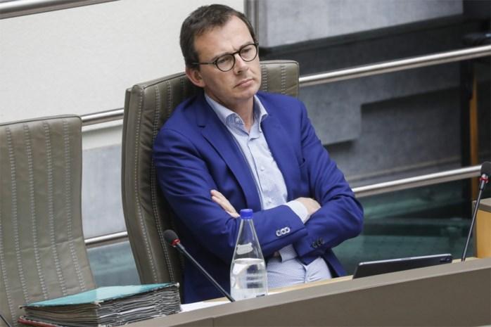 Beke onder vuur in het Vlaams Parlement, maar bijt van zich af met tienpuntenplan