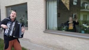 Verrassing van formaat: terrasconcert voor woonzorgcentra Herk-de-Stad