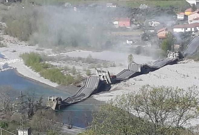 Spectaculaire beelden: opnieuw brug ingestort in Italië