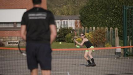 Ouders leggen tennisveld aan op parking zodat Céline (11) toch kan tennissen