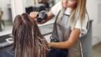 Tijdelijk werkloze kapster oefent dan maar op haar vriend: met geweldige resultaten tot gevolg