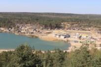 Vakantiehuisjes rond waterplas op Terhills zijn bijna hoog