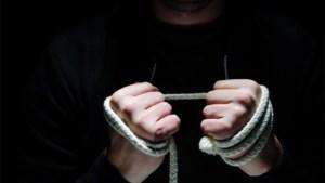 Vrouw opgepakt voor wurgen ex-vriend en afhakken van zijn vingers om bankapplicatie te openen