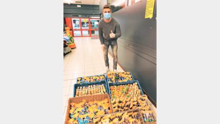Doelman Nordin Jackers bezorgt de bewoners van Lanakense woonzorgcentra een onverwacht Paasgeschenkje