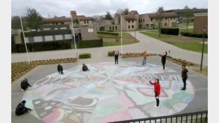 Jongeren met autisme maken enorme mandala