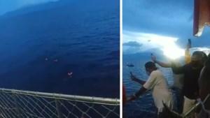 Passagiers ferry springen overboord nadat ze ontdekken dat crewleden corona hebben
