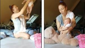 Natalia speelt Leeuwenkoning na met pasgeboren dochter