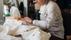 Vouwen naaien schorten voor zorgpersoneel rusthuizen