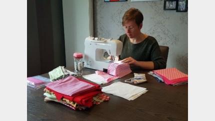 Claudine naait mondmaskers voor woon- en zorgcentra