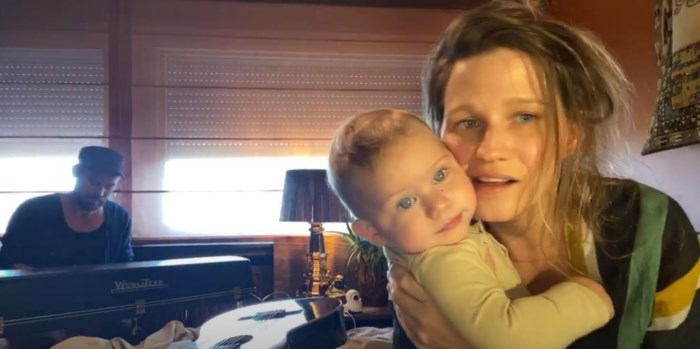 Papa van Selah Sue ligt in coma door coronavirus