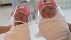 Pasgeboren baby's krijgen in Thailand een gelaatsscherm als bescherming tegen corona
