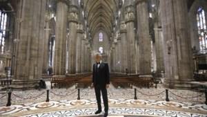 Prachtige en beklijvende beelden: Andrea Bocelli zingt in lege kathedraal Milaan