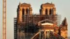 Notre-Dame staat nog steeds in haar oude, gesmolten steigers