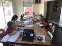 Gezin met 8 kinderen toont hoe ze aan preteaching doen