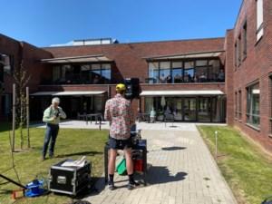 DJ Kanarie treedt op in tuin woonzorgcentrum Melderthof