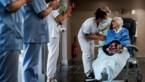Erehaag en applaus voor honderdjarige vrouw die geneest van corona