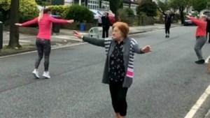 Oudere bewoners gaan helemaal los op lockdown workout in hun wijk