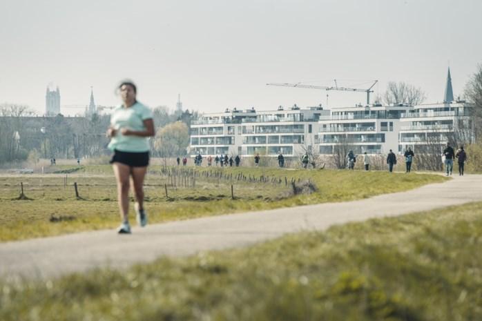 Een jogger kruisen of even met je buurman praten? Zo groot is het risico om besmet te raken met het coronavirus volgens viroloog Steven Van Gucht