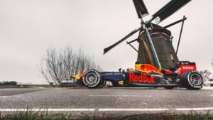Max Verstappen sjeest met bolide door Holland