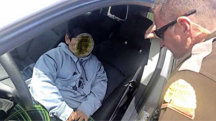 Politie treft kwade 5-jarige aan achter stuur van auto op snelweg