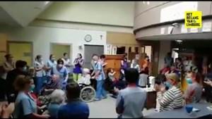 Bewoners woonzorgcentrum in Hamont keren onder luid applaus terug naar hun kamer