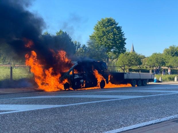 Bestelwagen vliegt in brand tijdens rit in Herderen