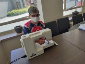 Wijk-werkers Zuid-Oost Limburg maken eigen mondmaskers