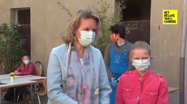 Koningin Mathilde en prinses Eleonore delen voedselpakketten uit aan Brusselse daklozen