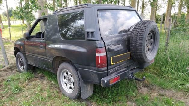 Politie spoort blonde bestuurder van Opel Frontera op: jeep in plantages achtergelaten
