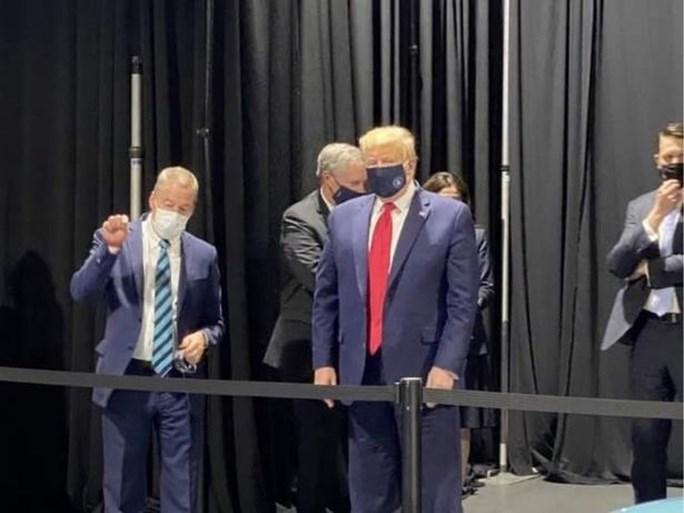 """Donald Trump draagt dan toch een masker, maar niet voor de camera's: """"Dat plezier gun ik jullie niet"""""""