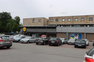 Trio spuwt op winkelwaren, groenten en fruit in Dilsense supermarkt
