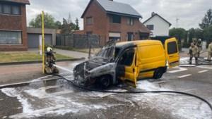 Bestelwagen vol fietsen vliegt in brand, bestuurder loopt weg