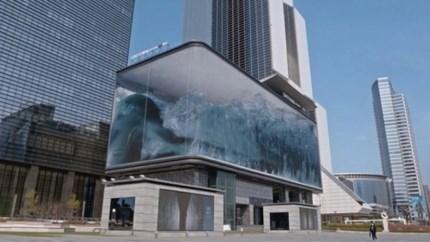 Adembenemend illusie laat kolkende golven los in glazen gebouw