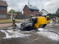Niet-verzekerde bestelwagen vol fietsen brandt uit, bestuurder spoorloos