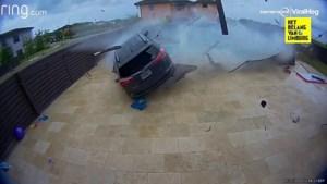 Auto vliegt door omheining en scheert rakelings over zwembad