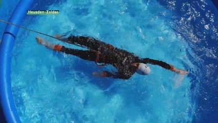 Triatleet Jelle Geens traint in opblaaszwembadje in zijn tuin