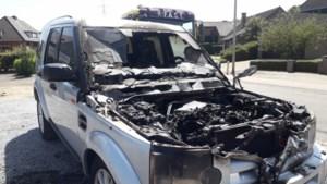 Brand vernielt voorkant van jeep in Tuilt