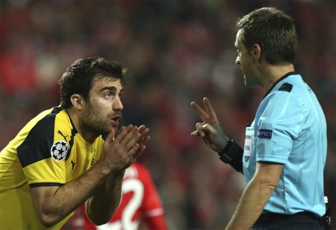 Social distancing, maar dan echt: gele kaart voor voetballers die refs omringen