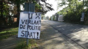 """Onbekende hangt spandoek aan de grens: """"U verlaat de politiestaat"""""""