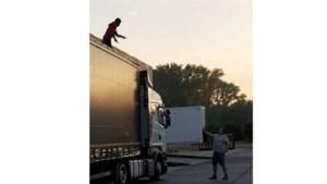 Trucker betrapt drie illegalen in vrachtwagen, maar politie moet hen laten gaan