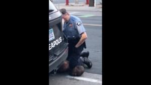 """Man sterft nadat agent minutenlang met knie in nek duwt: """"Ik kan niet ademen"""""""