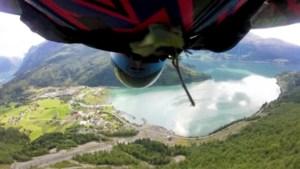 Adembenemende beelden: sprong van basejumper loopt bijna mis