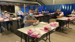 Gemeentepersoneel Nieuwerkerken maakt 7.000 mondmaskers klaar voor bedeling