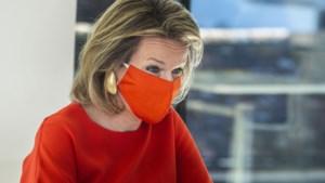 Lady in red: koningin Mathilde stemt mondmasker af op outfit