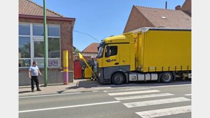 Slovaakse trucker ramt schoolpoort van basisschool in Bevingen