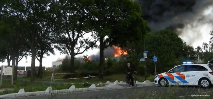 Rookpluim van zware brand in Nederland te zien tot in Noord-Limburg