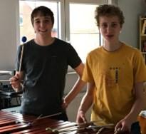 Broers spelen op hun marimba tegen corona