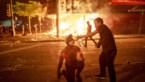 Protesten tegen politiegeweld lopen uit de hand: politiekantoor in brand, zeven mensen beschoten
