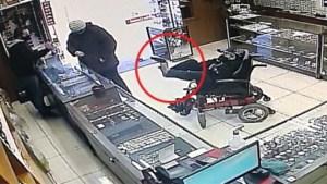 Gehandicapte man pleegt overval… met pistool tussen zijn tenen